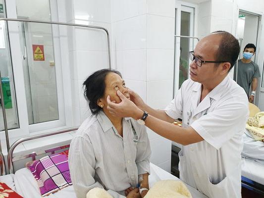 Thăm khám cho bệnh nhân viêm gan tại Bệnh viện Bạch Mai.